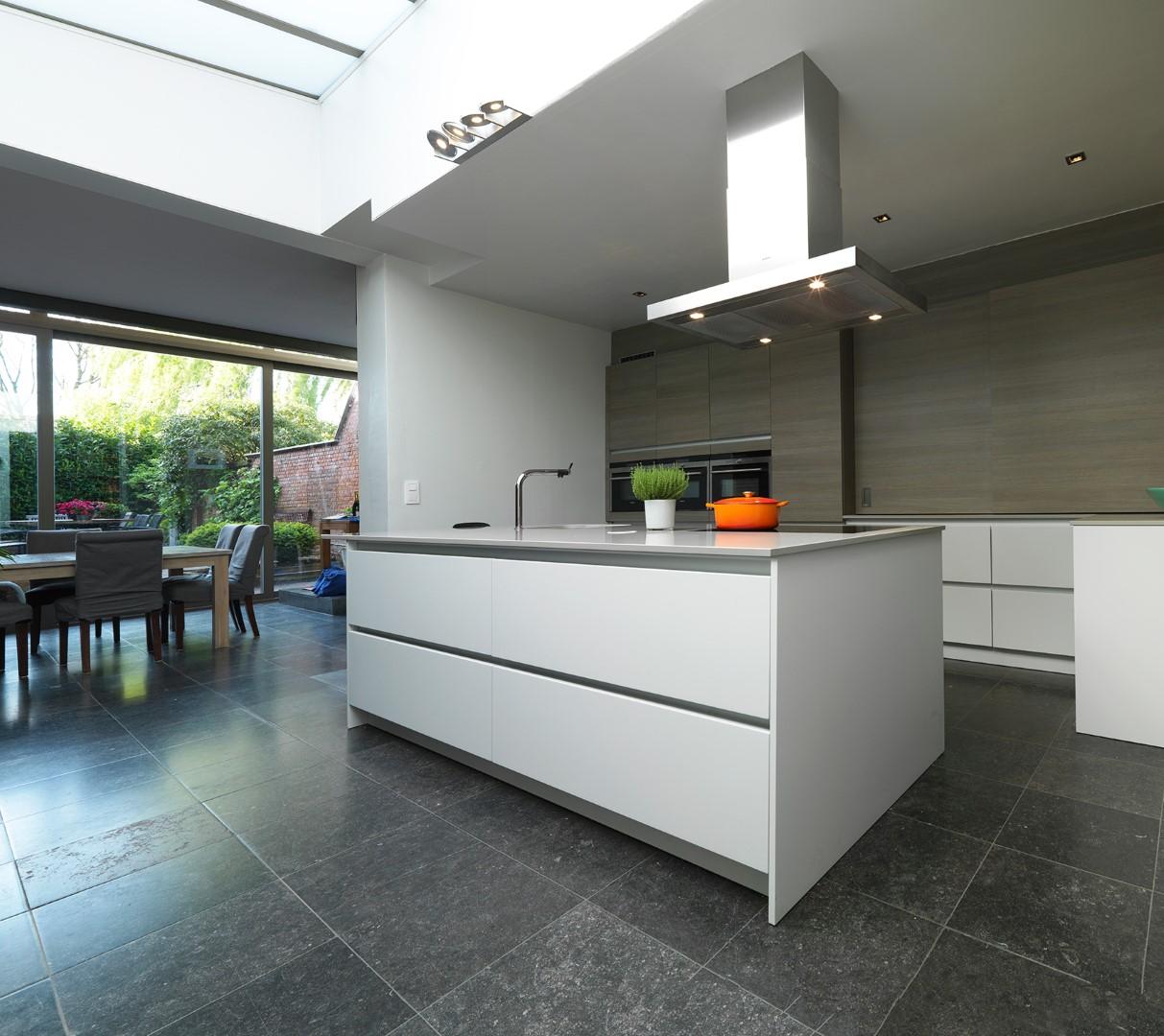 Moderne keuken realisaties keukens deba meubelen deba meubelen - Fotos moderne keuken ...
